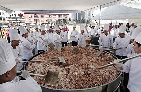 Costa Rica cocinó el arroz frito más grande del mundo